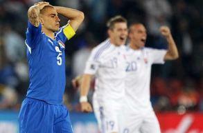 Kapten Tim Italia Fabio Cannavaro (biru) Kecewa Setelah Dikalahkan Slovakia Dengan Skor 2-3 (Getty Images)