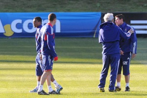 kapten tim Patrice Evra (kiri) meninggalkan lapangan pada saat berlatih. Sumber : yahoo.com