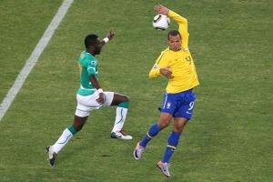 Luiz Fabiano (kuning) mencetak gol menggunakan tangannya pada saat berhadapan dengan Pantai Gading (Getty Images)
