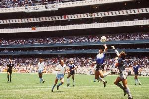Maradona (biru) Mencetak Goal dengan Tangannya (Hand of God) ke Gawang Inggris Pada Tanggal 22 Juni 1986 dan Mengantarkan Argentina Juara Piala Dunia (Getty Images)